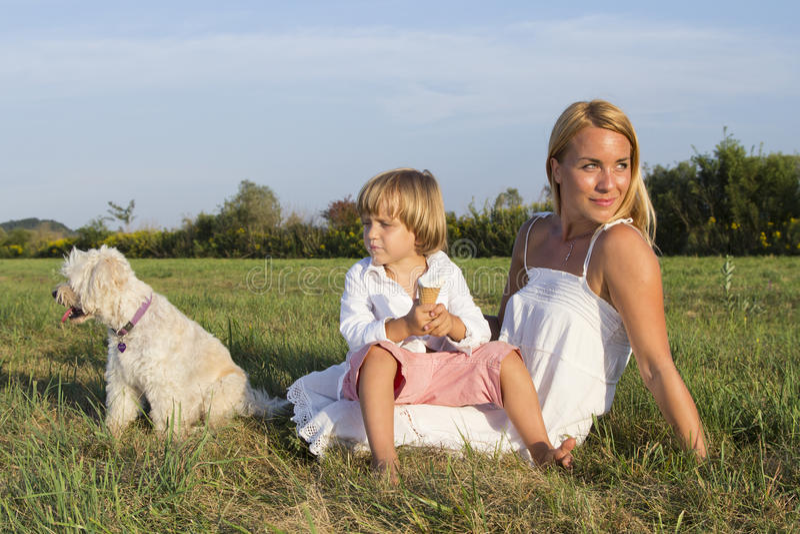 Madre, hijo y perro lindo al aire libre foto de archivo libre de regalías