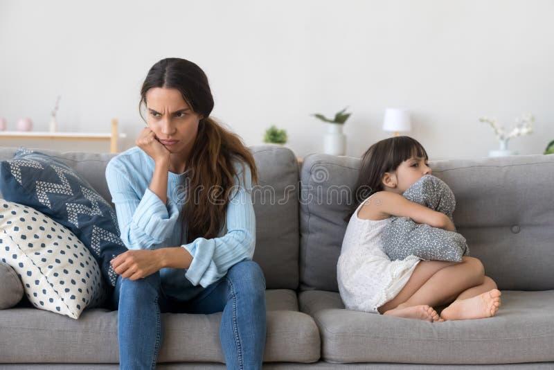 Madre infastidita e poco bambino testardo che non parlano dopo il litigio fotografia stock libera da diritti