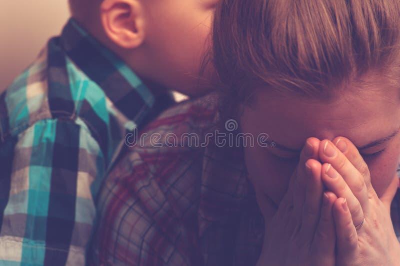 Madre infeliz gritadora con el niño en casa fotos de archivo