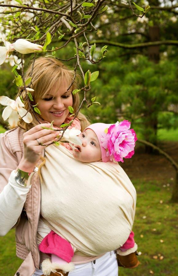 Madre joven con su hija del bebé en jardín imágenes de archivo libres de regalías