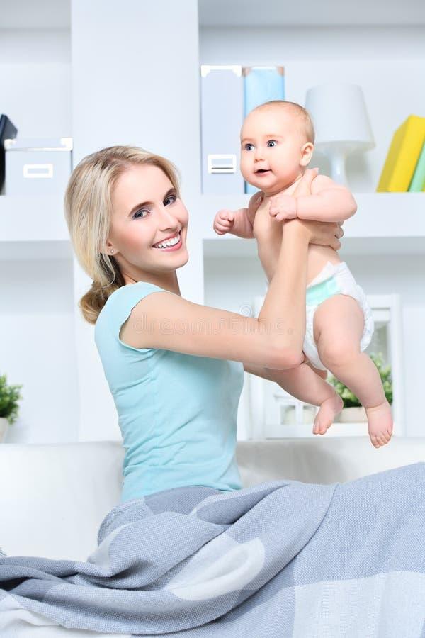 Madre joven feliz foto de archivo libre de regalías