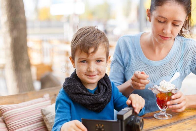 Madre joven feliz con su bebé en café al aire libre fotos de archivo libres de regalías