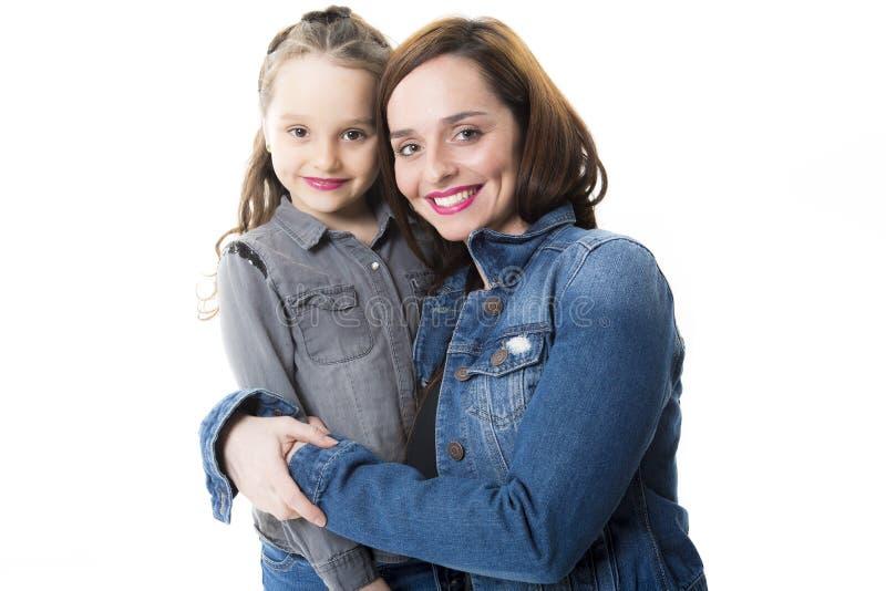 Madre joven hermosa con la pequeña hija bonita imágenes de archivo libres de regalías