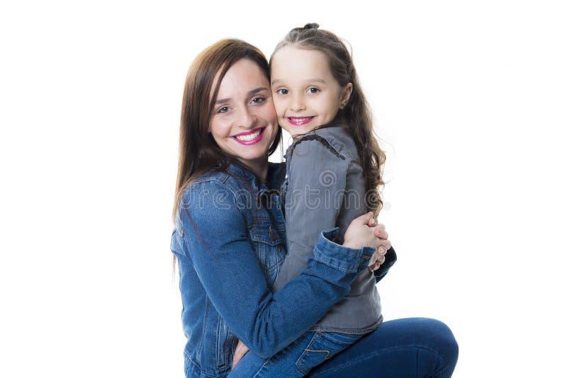 Madre joven hermosa con la pequeña hija bonita fotos de archivo