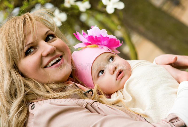 Madre joven hermosa con su hija del bebé foto de archivo libre de regalías