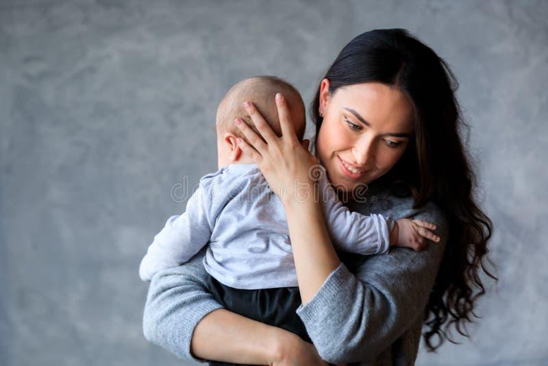 Madre joven hermosa con su pequeño hijo imagen de archivo