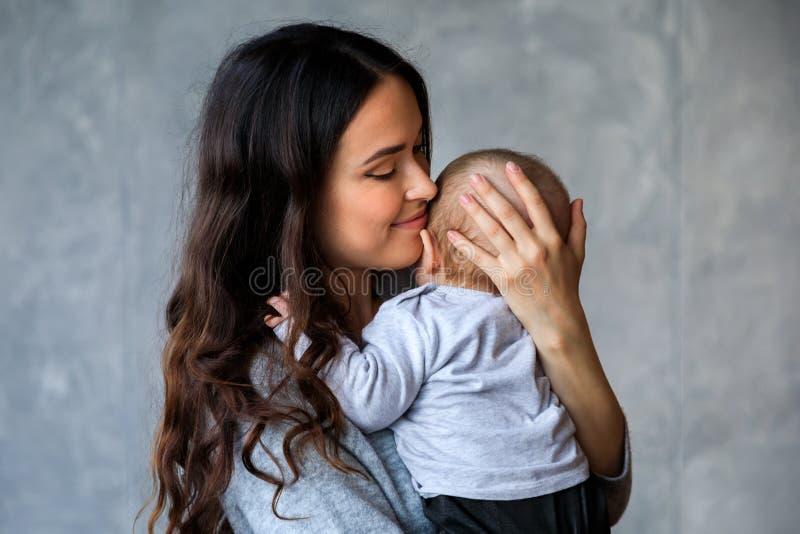 Madre joven hermosa con su pequeño hijo fotos de archivo