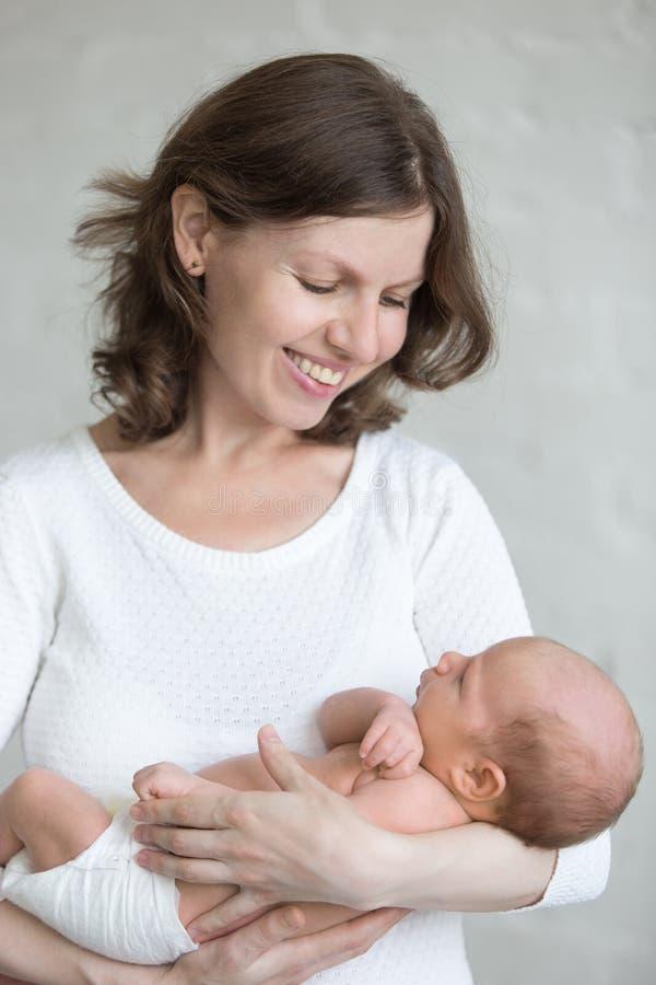Madre joven que abraza a su niño recién nacido fotos de archivo libres de regalías