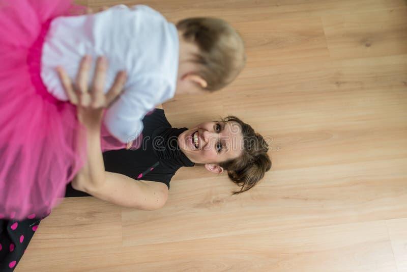 Madre joven que juega con su hija joven imagen de archivo