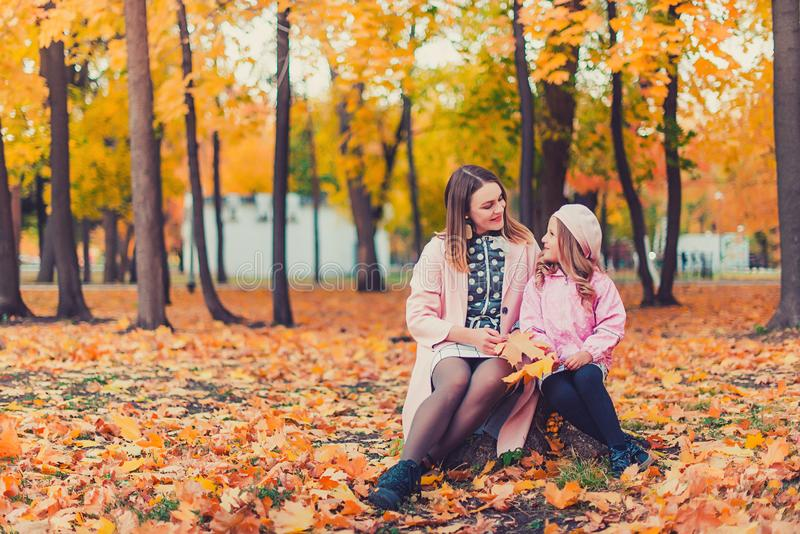 Madre joven que juega con su hija en parque del otoño fotos de archivo libres de regalías