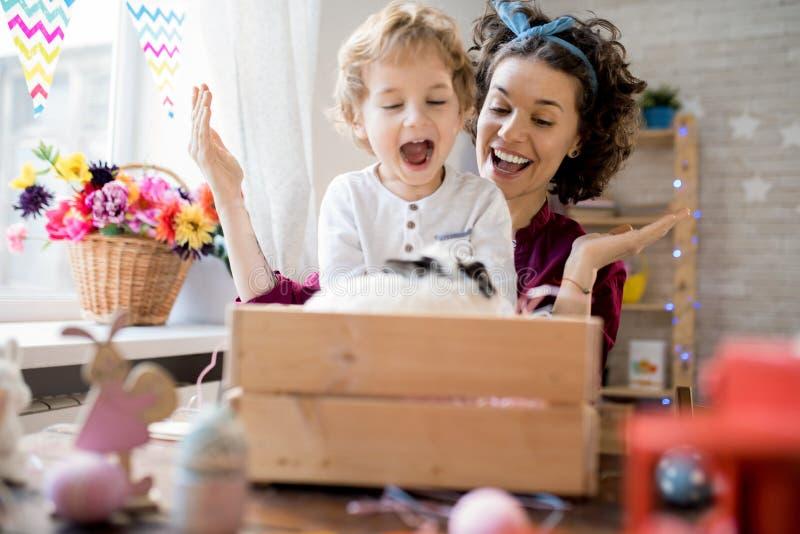 Madre joven que presenta el conejito de pascua al hijo foto de archivo libre de regalías