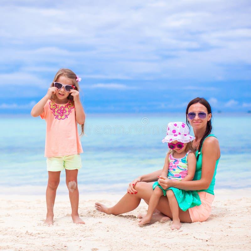 Madre joven y dos sus hijas adorables en imagen de archivo libre de regalías