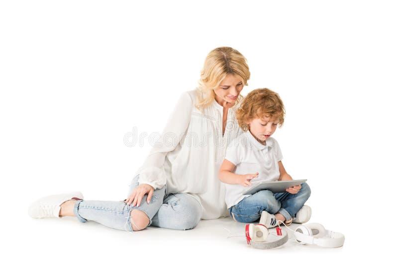 madre joven y pequeño hijo que usa la tableta junto imágenes de archivo libres de regalías