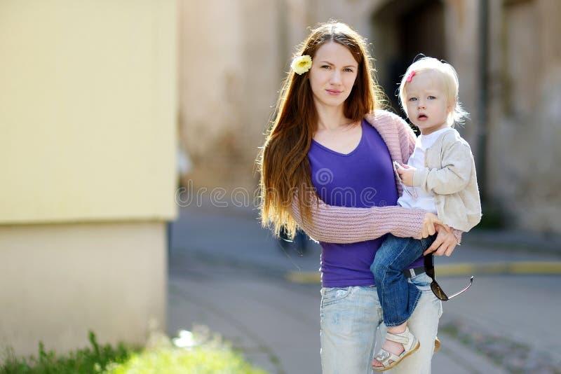 Madre joven y su hija adorable imagenes de archivo