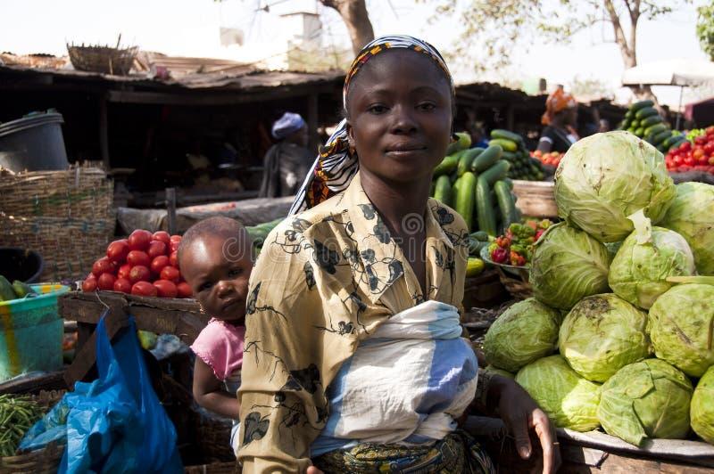 Madre joven y su hija en Malí fotografía de archivo