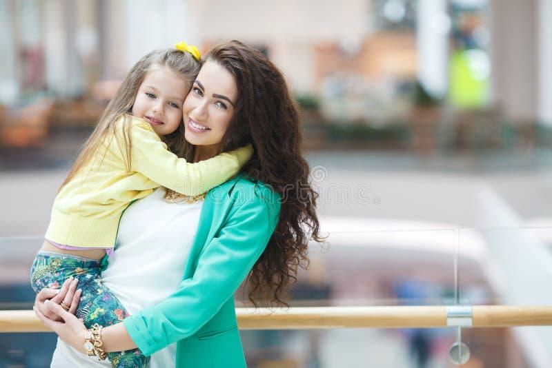 Madre joven y su hija que hacen hacer compras junto imagen de archivo libre de regalías