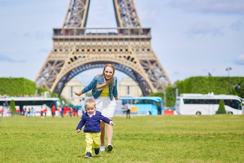 Madre joven y su hijo adorable del niño foto de archivo libre de regalías