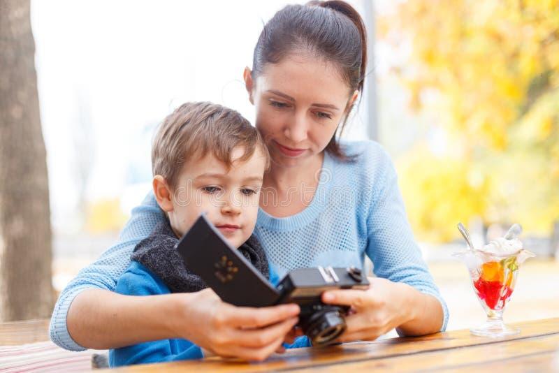 Madre joven y su hijo en un café El concepto de familia imagen de archivo