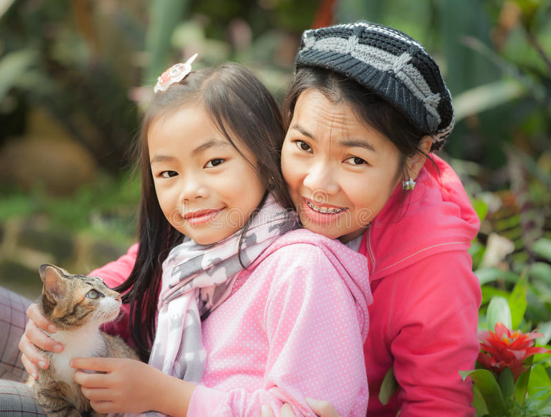 Madre joven y su muchacha linda foto de archivo libre de regalías