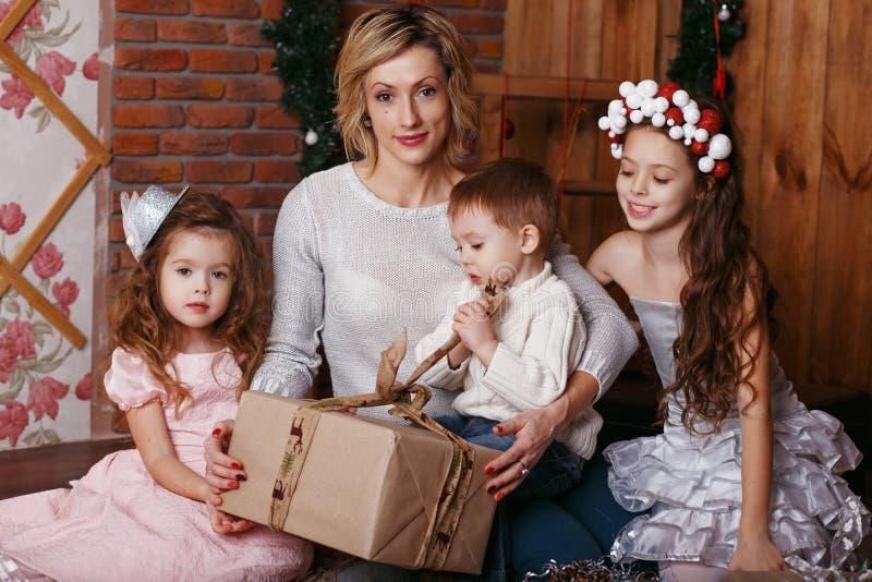 Madre joven y sus tres niños foto de archivo libre de regalías