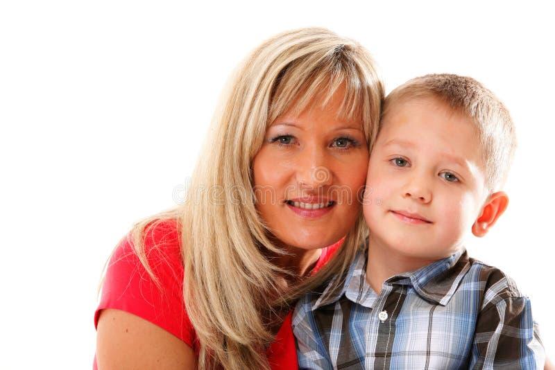 Madre madura con el niño 6 años de muchacho aislado imagen de archivo