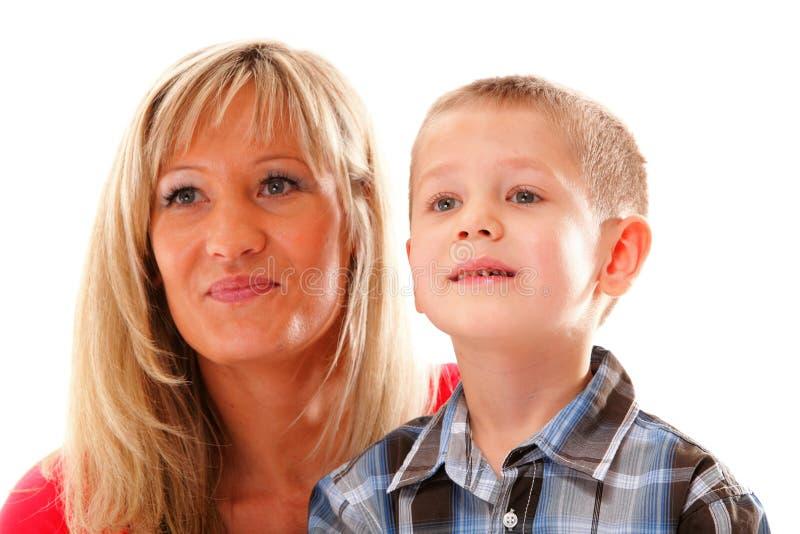 Madre madura con el niño 6 años de muchacho aislado foto de archivo