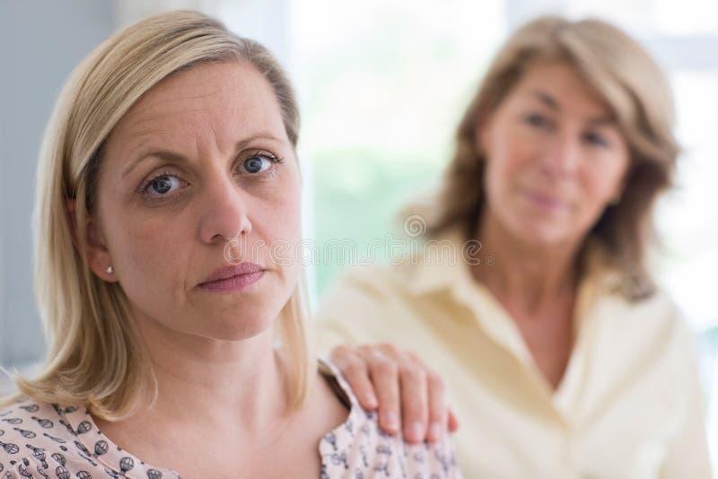 Madre matura responsabile circa la figlia adulta a casa fotografia stock libera da diritti