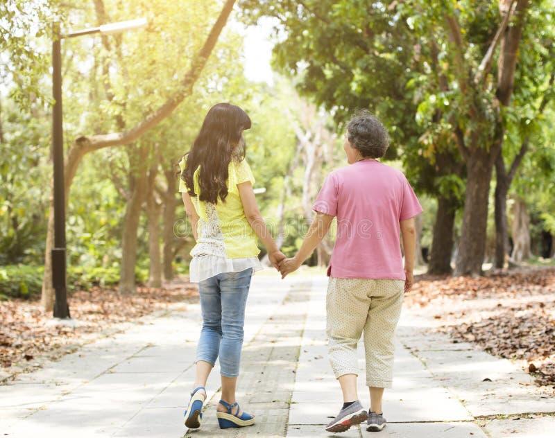 Madre mayor con caminar de la hija imagen de archivo