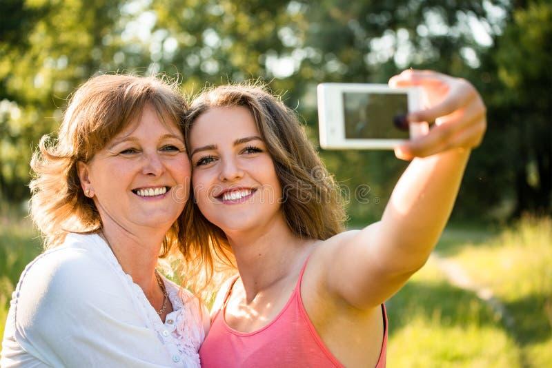 Madre mayor con el selfie de la hija foto de archivo