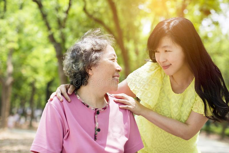 Madre mayor con la hija en el parque imagen de archivo libre de regalías