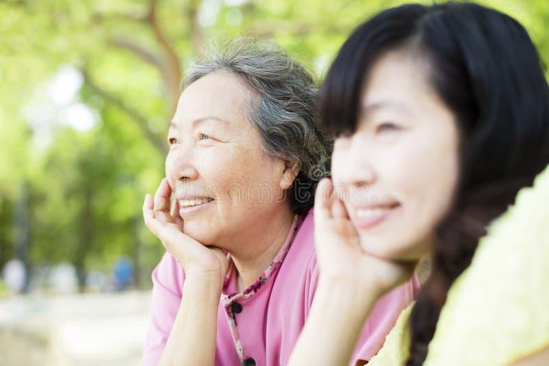 Madre mayor feliz con la hija fotografía de archivo