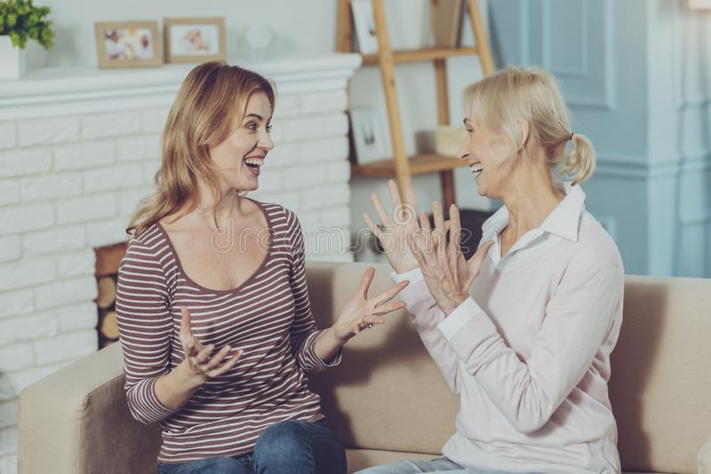 Madre mayor y su hija que consiguen noticias muy buenas foto de archivo libre de regalías
