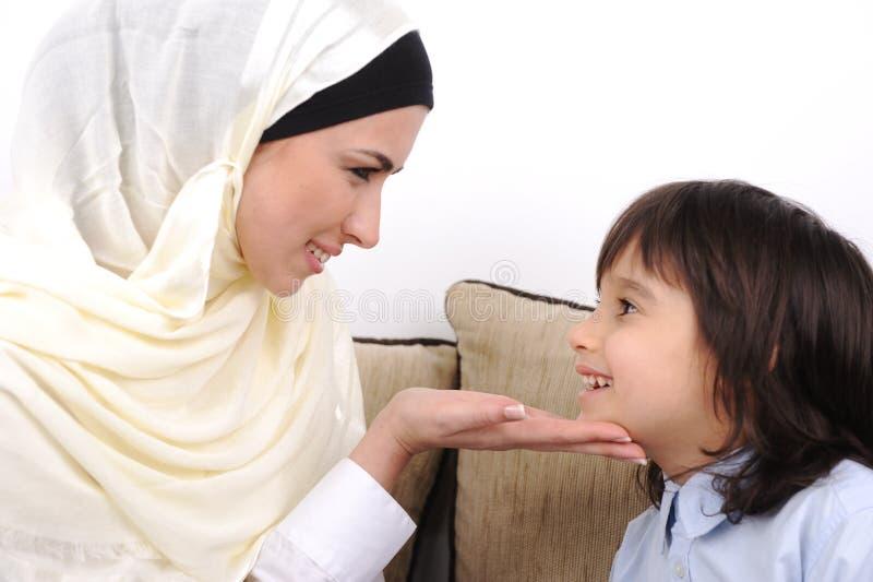 Madre musulmán y su hijo imagen de archivo