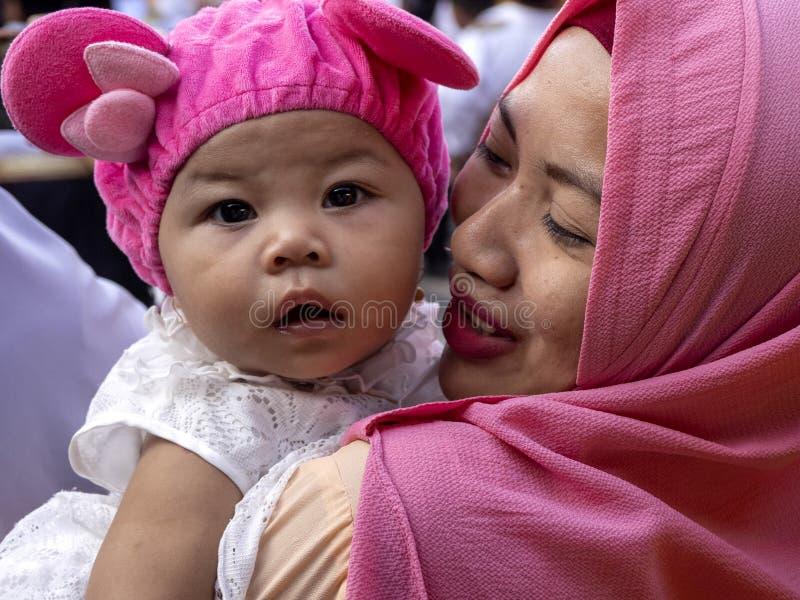 Madre musulmana con il suo bambino alla festa di nascita del profeta Maometto, 10 ottobre 2010 fotografia stock libera da diritti