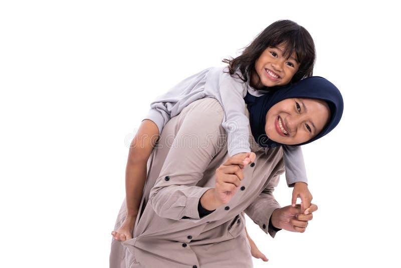 Madre musulmana e sua la figlia isolate fotografia stock