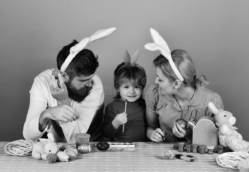 Madre, padre e figlia con sorridere ed i fronti curiosi immagine stock libera da diritti