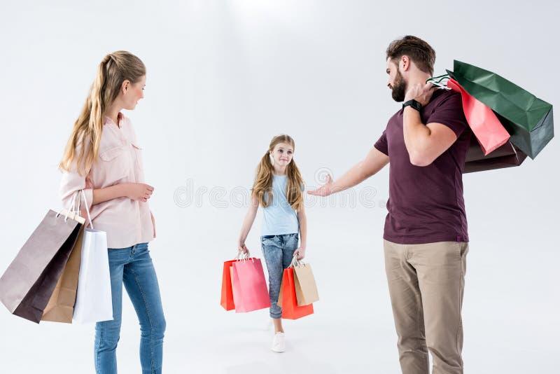 Madre, padre e hija colocándose con los panieres fotografía de archivo libre de regalías