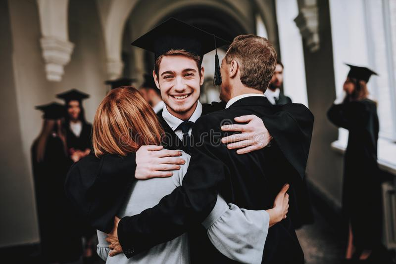 madre padre figlio hugs università laureati immagini stock