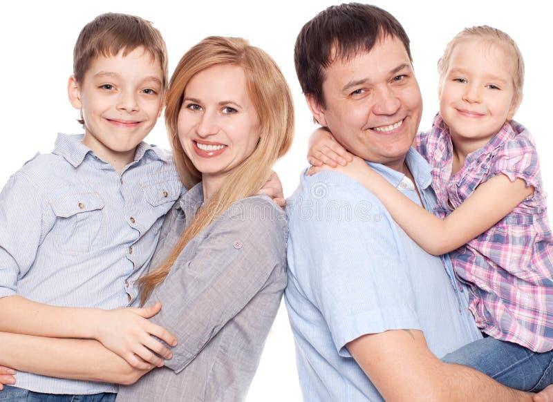 Madre, padre, hijo e hija aislados en el fondo blanco imagen de archivo
