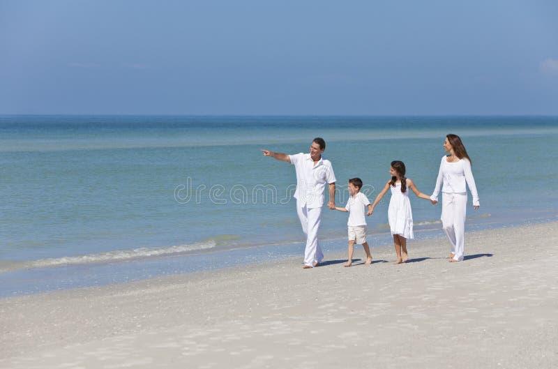 Madre, padre y familia de los niños que recorre en la playa