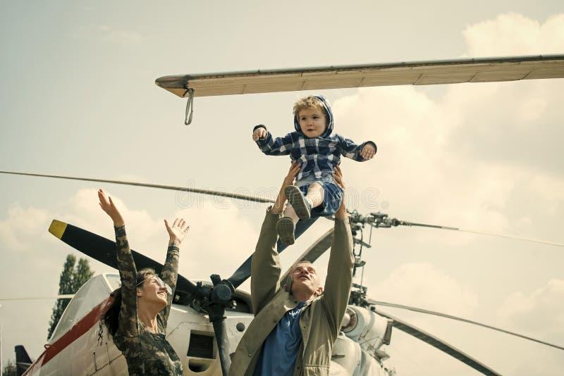 Madre, padre y niño emocionado caminando en museo de la aviación al aire libre Familia feliz pasar el tiempo junto, en la excursi foto de archivo libre de regalías