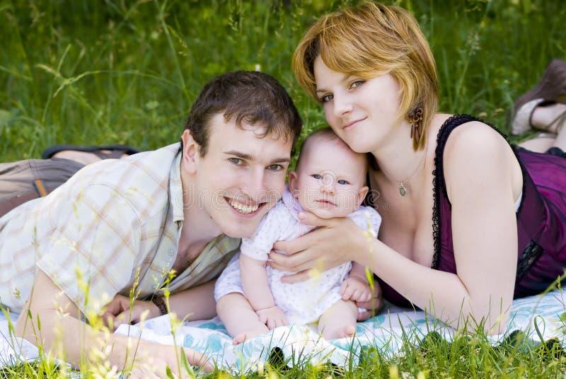 Madre, padre y pequeño niño fotos de archivo libres de regalías