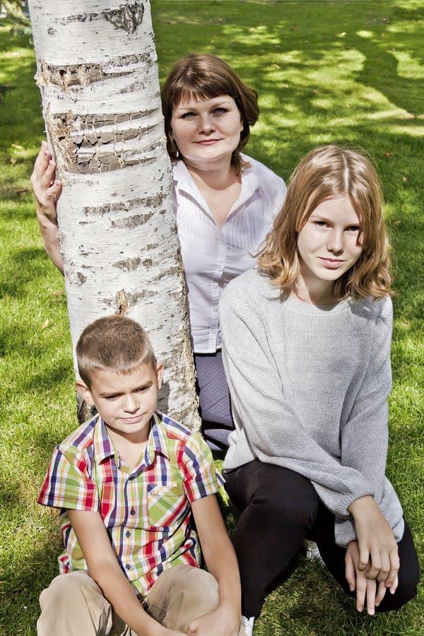 Madre più felice con il derivato ed il figlio fotografia stock libera da diritti