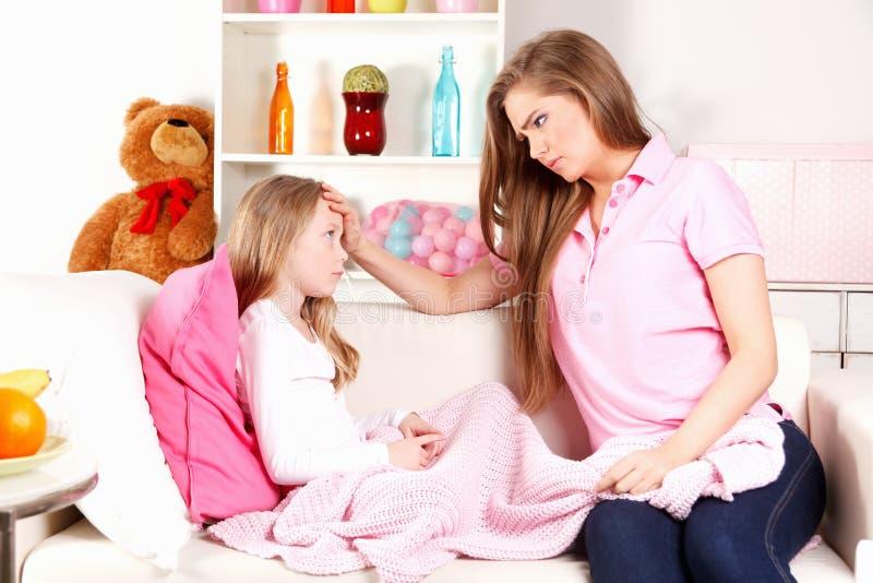 Madre preocupante con el niño enfermo foto de archivo libre de regalías