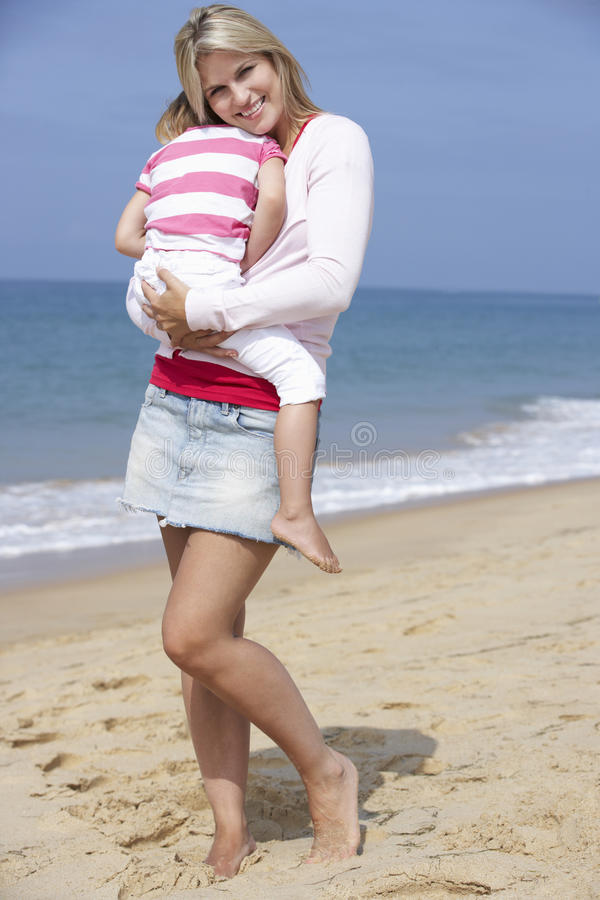 Madre que abraza a la hija joven al aire libre, fuera de, imágenes de archivo libres de regalías
