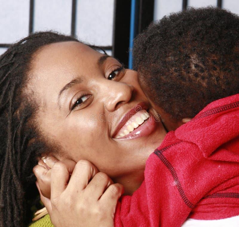 Madre que abraza a su bebé fotos de archivo libres de regalías