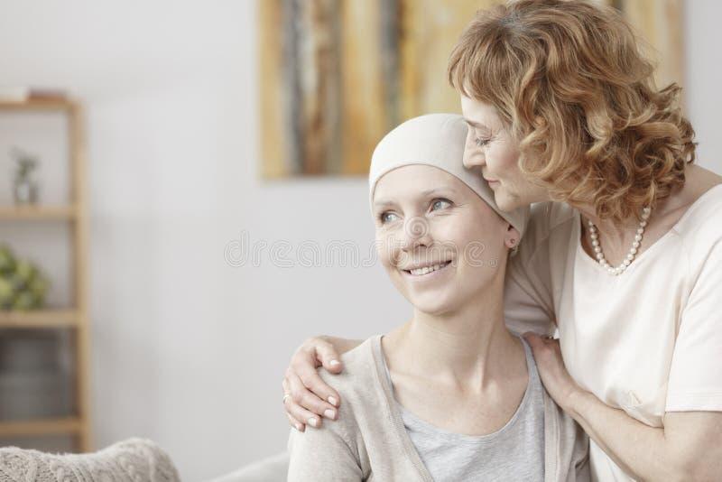 Madre que abraza a su hija fotos de archivo libres de regalías