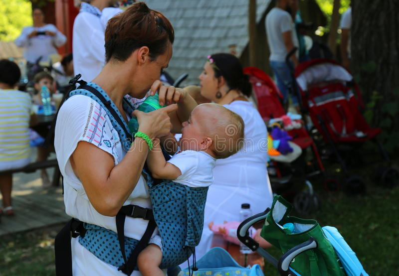 Madre que amamanta a su bebé imagen de archivo libre de regalías