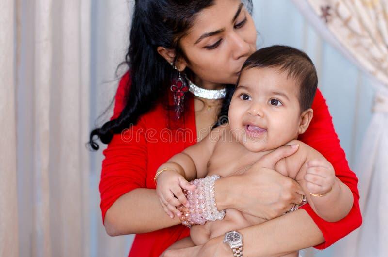 Madre que besa al bebé imágenes de archivo libres de regalías