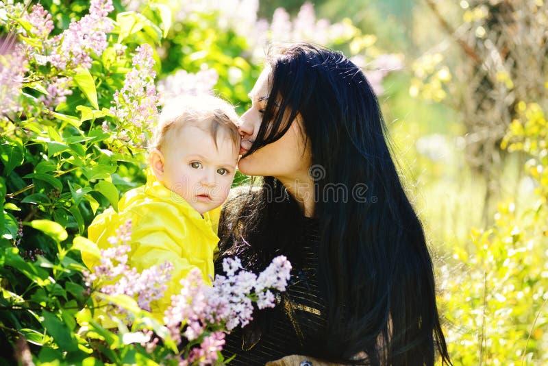Madre que besa a la hija del bebé fotos de archivo libres de regalías